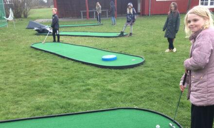 Ida slog en hole-in-one på Knastens nye minigolfbane